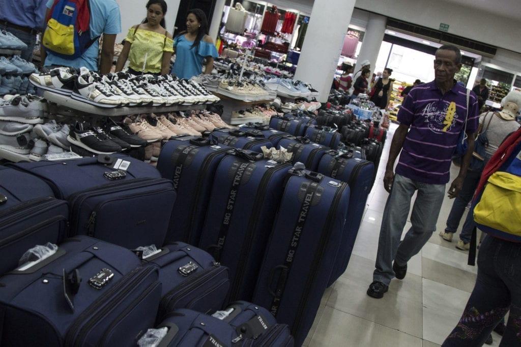 Venezolanos dejan de comprar ropa, licores y artículos del hogar en cuarentena