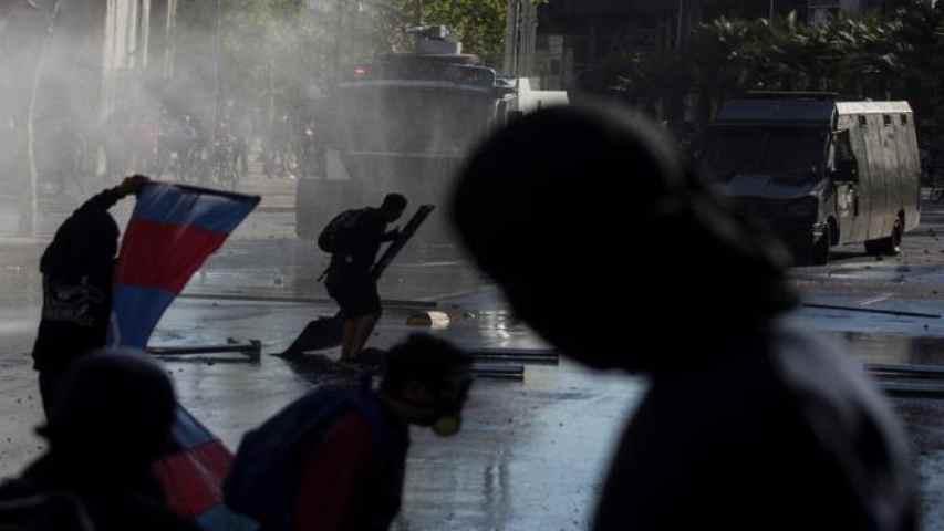 Chilenos claman contra policía que lanzó a menor al río