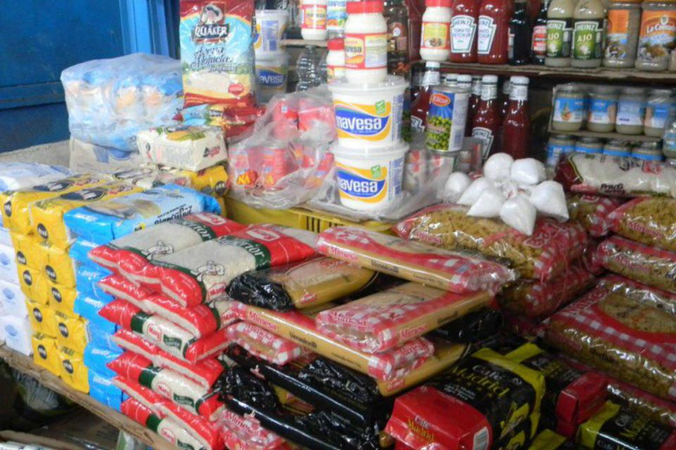 Oliveros: La prolongada hiperinflación ha generado la destrucción del bolívar que ya no sirve como referencia de precios
