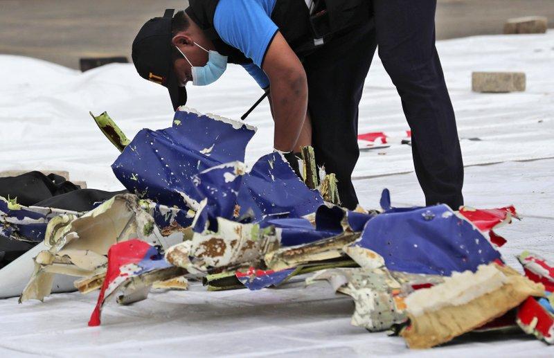 Indonesia: Localizan parte del avión caído en el Mar de Java