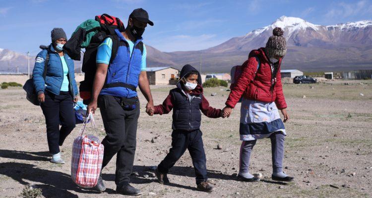 Migrantes buscan otra ruta tras militarización de frontera chilena