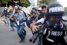 Reino Unido pide a Maduro cesar ataques contra la sociedad civil y periodistas en Venezuela