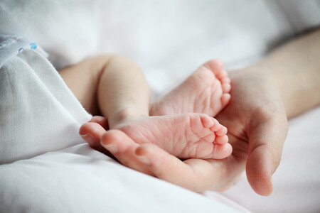 Un investigador confirma que anticuerpos de COVID-19 pueden transmitirse de la madre al bebé