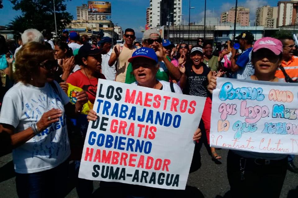 Maestros protestan en el Ministerio del Trabajo contra sueldos de hambre y ley del Ejercicio de la Profesión Docente