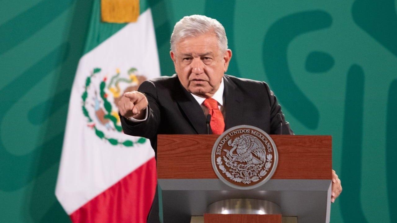López Obrador critica «abuso de fondos» en escuelas públicas