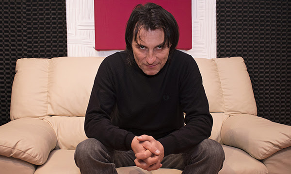 Con el espectáculo Progetto Emozione, el italiano Enrico Carso revive la música de Roberto Carlos