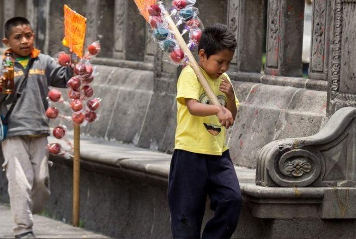 Niños venezolanos trabajan en las calles para poder subsistir