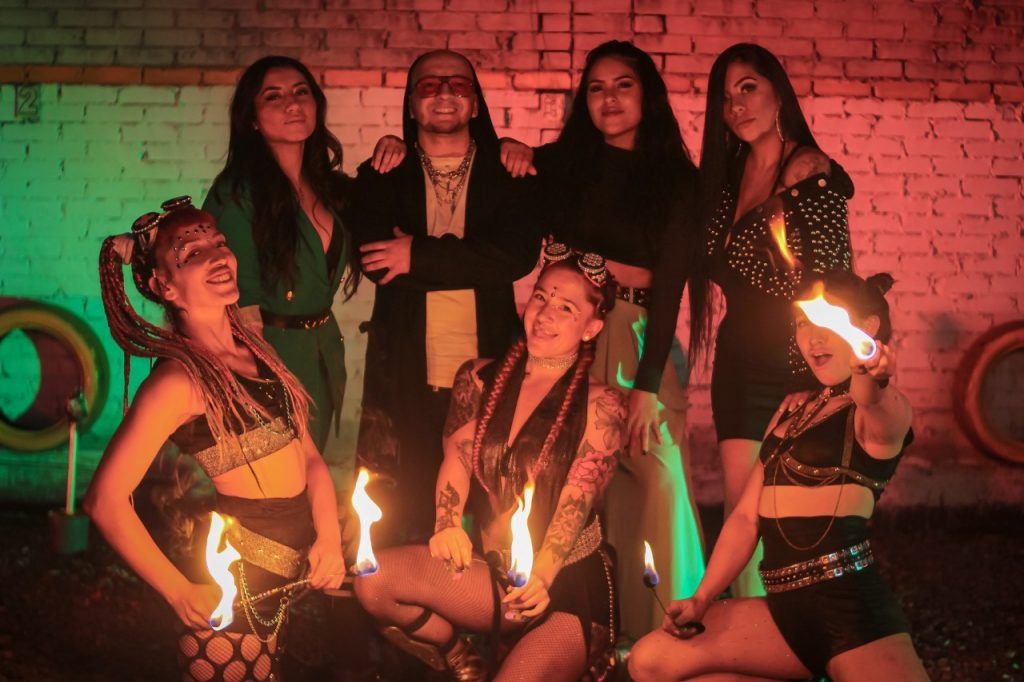El artista colombiano Jei Mac invita a bailar y salir de la rutina en 'Préndelo'